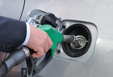consumidor economizando combustível