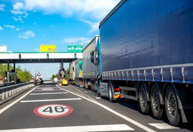 Caminhões gastando ao passar pelo pedágio