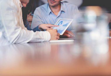 equipe fazendo gestão de custos na empresa